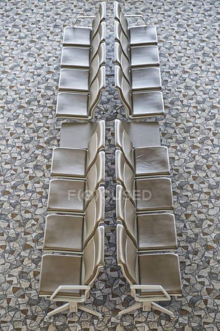 Assentos no lounge do aeroporto com piso estampado, Xangai, China — Fotografia de Stock
