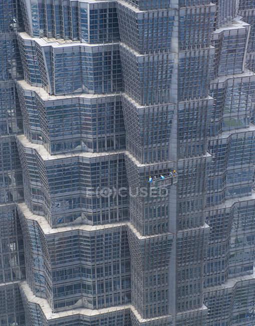 Squadra di pulizia delle finestre su grattacielo moderno, Shanghai, Cina — Foto stock