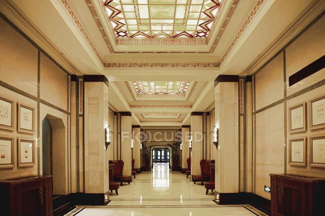 Ornate hallway in luxury hotel building, Shanghai, China — Stock Photo