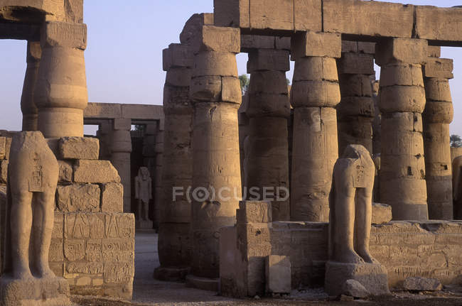Temple columns and statues ruins at Karnak, Luxor, Egypt — Stock Photo