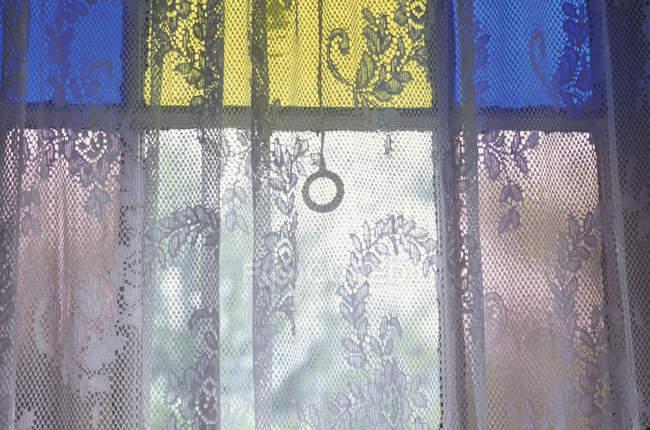 Primer plano de la cortina de encaje y el cristal de vidrieras - foto de stock
