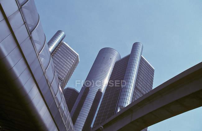 Vista de bajo ángulo del centro renacentista en Detroit, EE.UU. - foto de stock