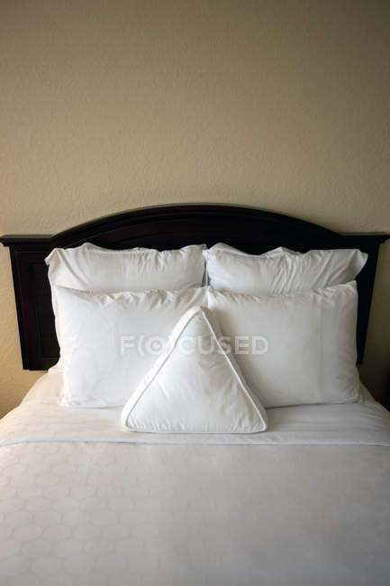 Bed in hotel room, Fort Lauderdale, Florida, USA — Fotografia de Stock