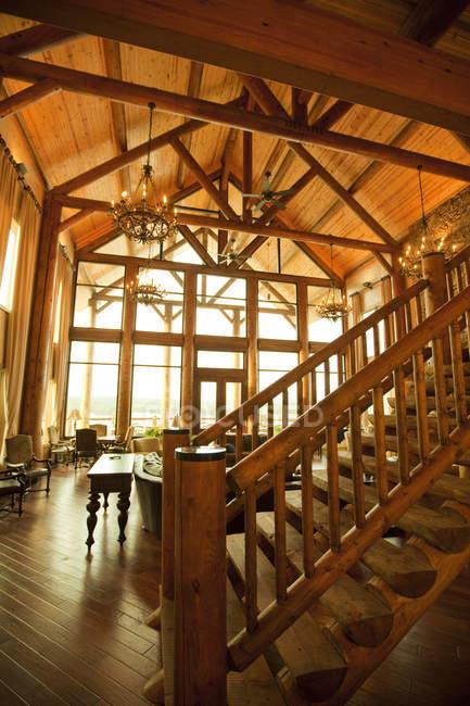 Высококлассный интерьер и лестница большого роскошного деревянного домика — стоковое фото