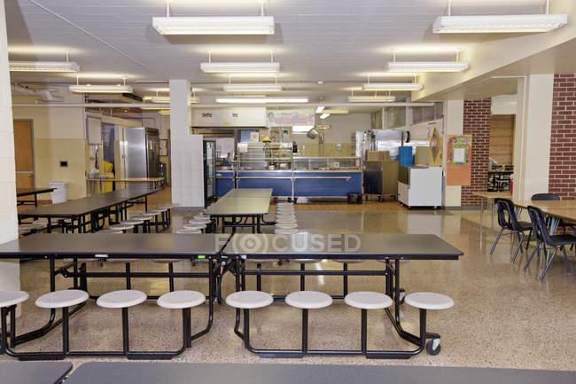 Порожня школа кафетерій з столами і табуретками — стокове фото