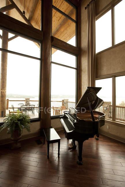 Piano à queue bébé dans le coin salon — Photo de stock
