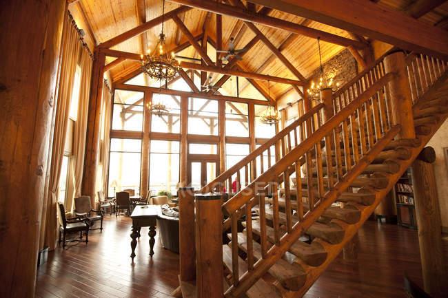 Holzdecke und Treppe im Luxus-Wohnzimmer — Stockfoto