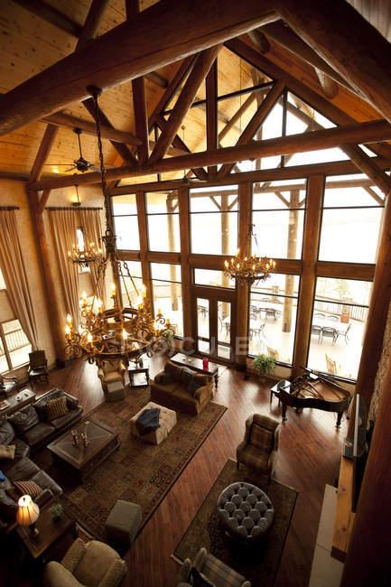 Высококлассный интерьер большого роскошного деревянного домика — стоковое фото