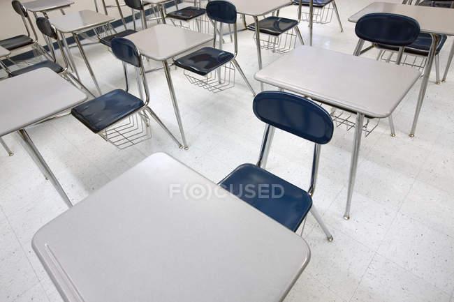 Scrivanie in aula moderna, vista ad angolo alto — Foto stock