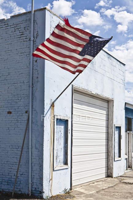 Bandeira americana no edifício abandonado, Moscovo, Idaho, EUA — Fotografia de Stock