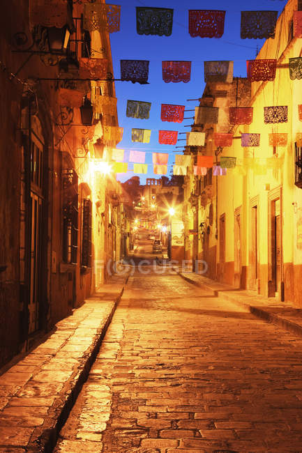 Decorated street with traditional flags in night with city illumination, Guanajuato, Mexico — Foto stock