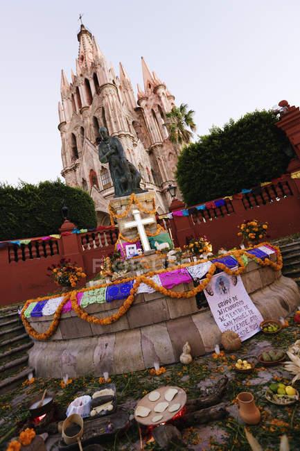 Статуя в Сан-Мігель і церква, Сан-Міґель-де-Альєнде, Гуанахуато, Мексика — стокове фото