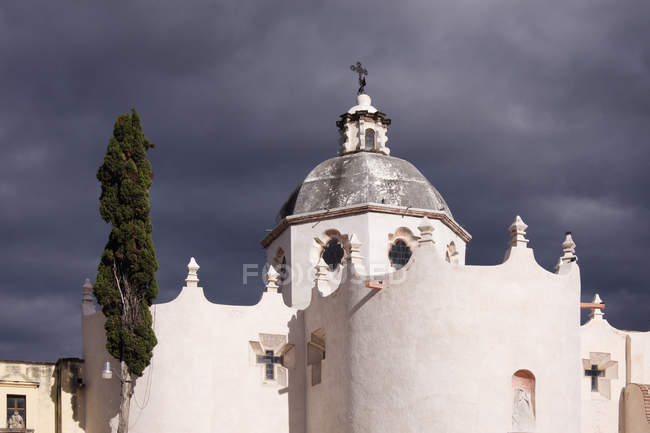 White church building against stormy clouds, Guanajuato, Mexico — стокове фото