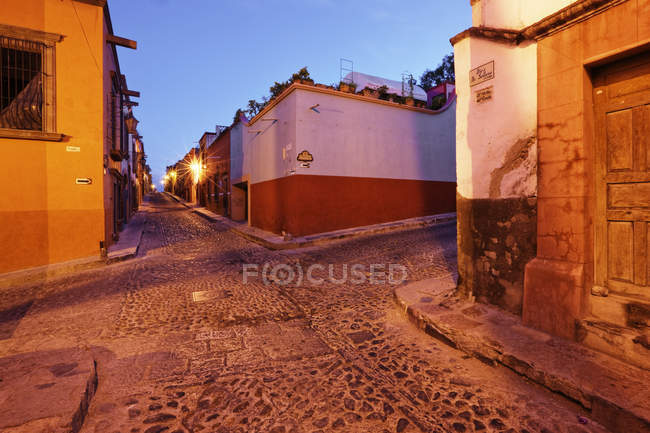 Old street intersection at sunset, Guanajuato, Mexico — Stock Photo