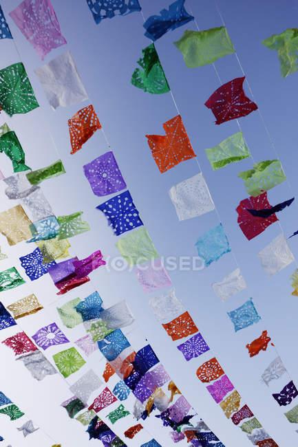 Декоративні стримери проти синього неба, Сан-Міґель-де-Альєнде, Гуанахуато, Мексика — стокове фото