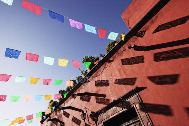Мультіколор банери проти синього неба, Сан-Міґель-де-Альєнде, Гуанахуато, Мексика — стокове фото