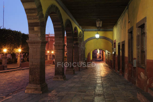 Old world colonnade with arches in San Miguel de Allende, Guanajuato, Mexico — Photo de stock