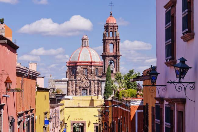 Ancient church in urban area, Guanajuato, Mexico — стокове фото