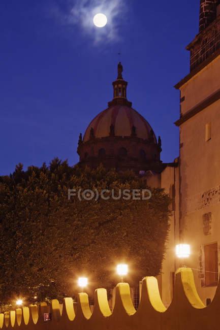 Монастир Лас-Монхас з повним місяцем, Сан-Мігель-де-Альєнде, Гуанахуато, Мексика — стокове фото