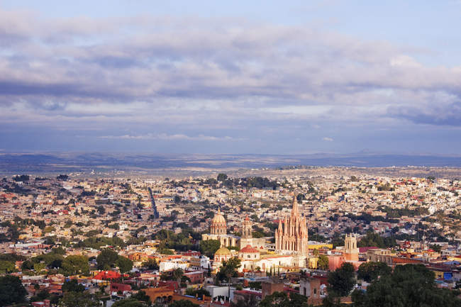 Aerial view of old city with cathedrals and houses, Guanajuato, Mexico — стокове фото