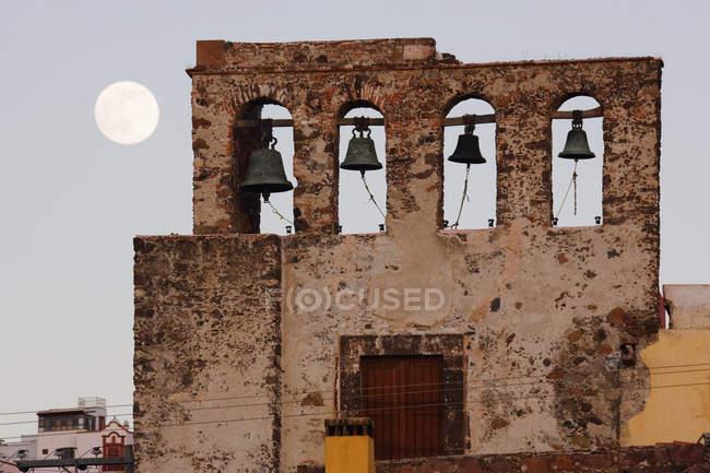 Дзвіниця і місяць в небі, Сан-Міґель-де-Альєнде, Гуанахуато, Мексика — стокове фото