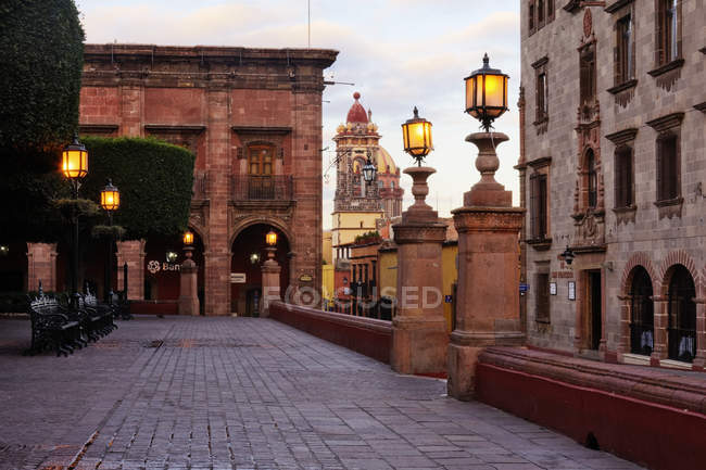 Brick street with old houses in Guanajuato, Mexico — стокове фото