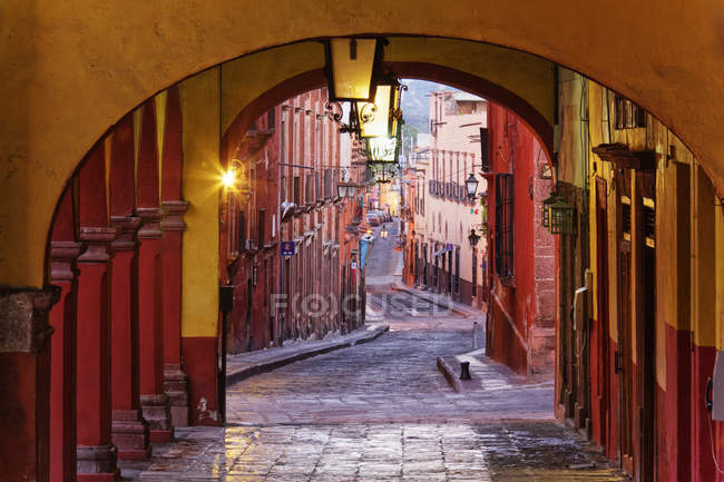Old world colonnade on street of Guanajuato, Mexico — стокове фото