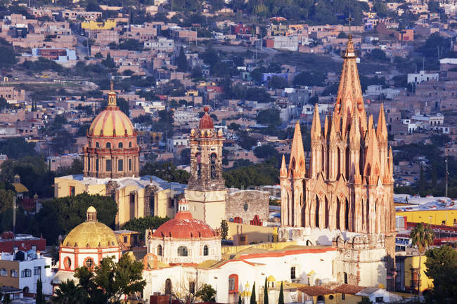 Old city skyline with scenic cathedrals and houses in Guanajuato, Mexico — стокове фото