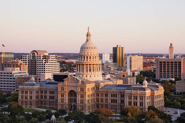 Капитолий штата Техас и небоскребы Остина, США — стоковое фото