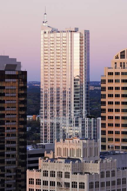 Skyline da cidade com os arranha-céus na baixa de Austin, EUA — Fotografia de Stock