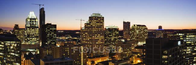Horizonte de la ciudad con rascacielos por la noche, Austin, Texas, Usa - foto de stock