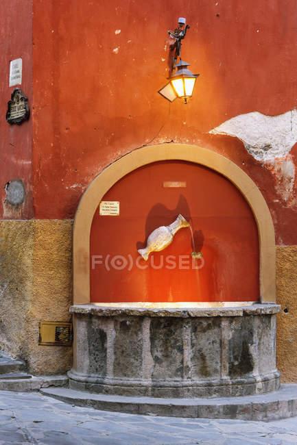 Public fountain in old building, San Miguel de Allende, Guanajuato, Mexico — стокове фото