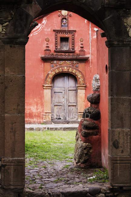 Церква через Archway, Сан-Міґель-де-Альєнде, Гуанахуато, Мексика — стокове фото