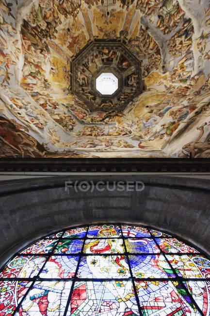 Ventana de techo y vidrieras en Brunelleschi Dome, Florencia, Italia, Europa - foto de stock