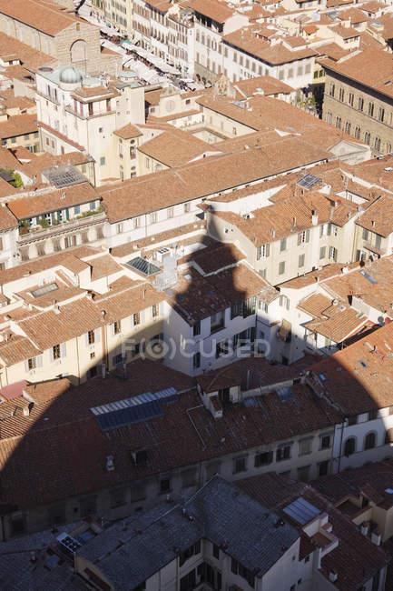 Тень от собора на зданиях Флоренции в Италии, Европе — стоковое фото