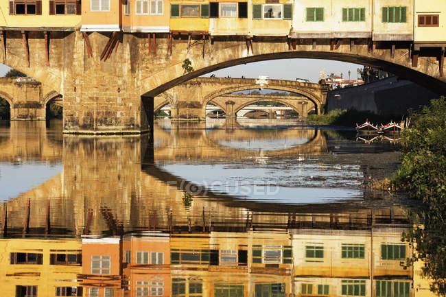 Понте Веккио пересекает реку Арно во Флоренции, Италия, Европа — стоковое фото