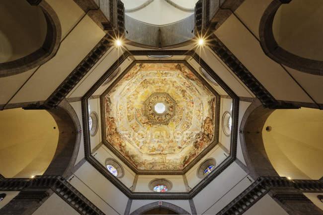 Interior de la cúpula de la catedral del Duomo en Italia, Europa - foto de stock