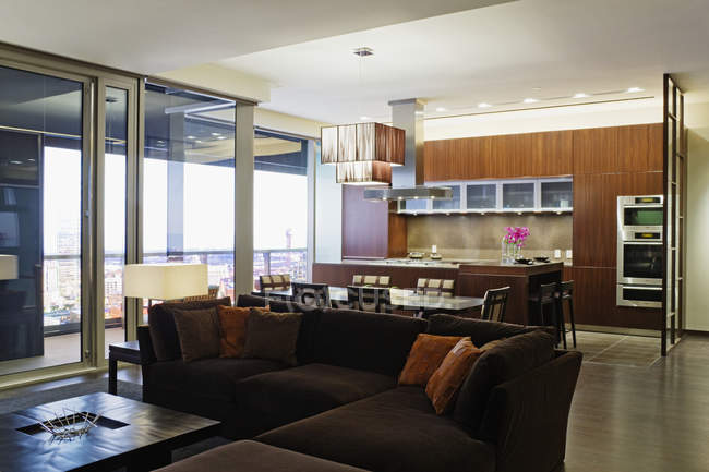 Пространство гостиной в роскошном доме в Далласе, Техас, США — стоковое фото