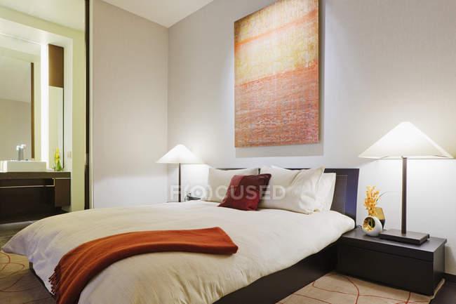 Современная спальня в роскошном доме в Далласе, Техас, США — стоковое фото