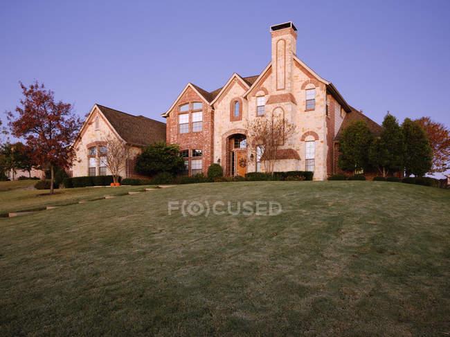 Large home on hillside in McKinney, Texas, USA — Stock Photo