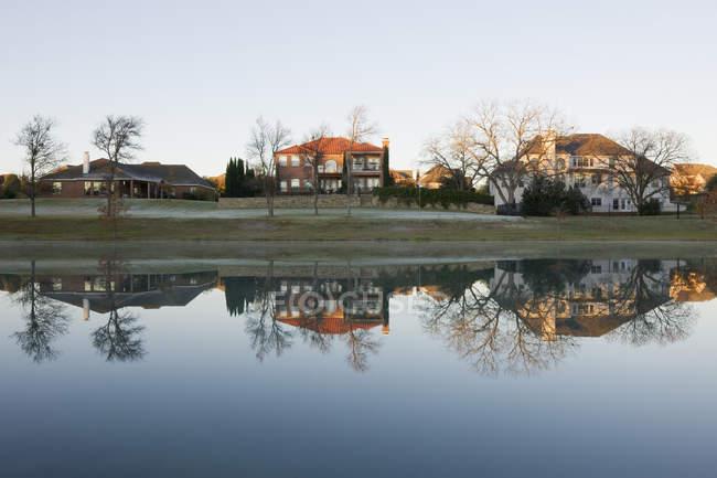 Häuser am großen Teich in Mckinney, Texas, Usa — Stockfoto