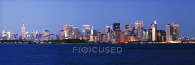 Lower Manhattan Skyline au crépuscule, New York, États-Unis — Photo de stock