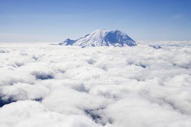 Mount Rainier above clouds in Seattle, Washington, USA — стоковое фото