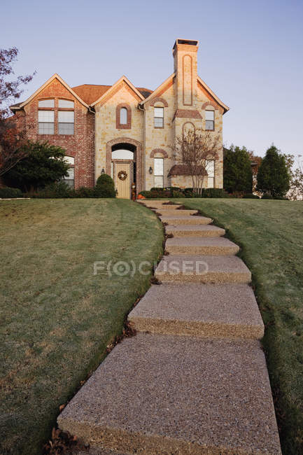 Pathway to large home on hillside in McKinney, Texas, USA — Stock Photo
