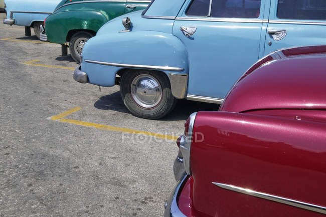Parked vintage American cars, Havana, Cuba — Stock Photo