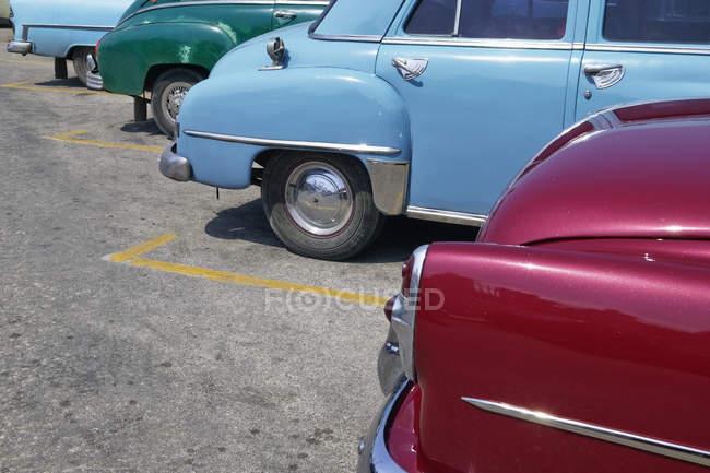 Припаркованные старинные американские автомобили, Гавана, Куба — стоковое фото