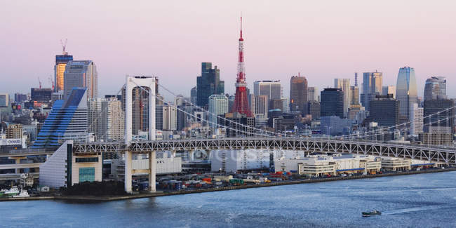 Rainbow Bridge y skyline de Tokio, Japón - foto de stock