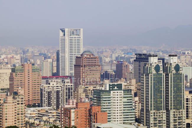 Skyline del centro de Taipei en el día con smog, Taiwán, Asia - foto de stock
