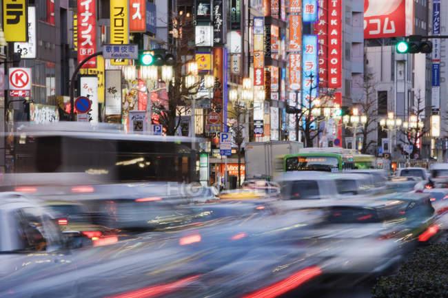 Движение в районе Синдзюку Токио, Япония — стоковое фото