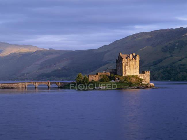 Eilean donan castle an landschaftlich reizvoller Seenlandschaft in Schottland, UK — Stockfoto